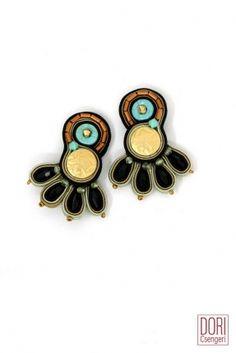 Fili di seta luminosi e coloratissimi, intarsi di pelle, applicazioni di pietre, uso di vari metalli e perfino del legno.