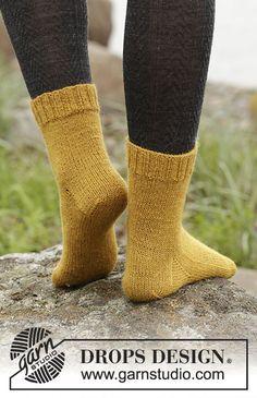 """Strikkede DROPS sokker i """"Fabel"""". Str 35-43 Gratis opskrifter fra DROPS Design. Knitting Paterns, Knitting Kits, Knit Patterns, Free Knitting, Drops Design, Crochet Socks, Knitting Socks, Knit Crochet, Knit Dishcloth"""