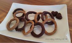 Roh-vegane Lebkuchen-Kringel :  Zutaten Lebkuchen:     300 g Mandeln gemahlen,     1-2 Teelöffel Lebkuchen-Gewürz       1 gehäuften Teelöffel gemahlene Flohsamenschalen     4 Esslöffel (Mandarinen-)Dattelmus (mit Mandarinensaft gemixt)  Zutaten Schokolade:     60 g rohe Kakaomasse (auch Kakaoliquor genannt)     20 g rohe Kakaobutter     1-2 Esslöffel helles, rohes Mandelmus     1 Esslöffel (evtl etwas mehr, je nach Geschmack) Ahornsirup