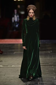 lesliaisonsdemarieantoinette: Dolce and Gabbana Alta Moda Haute Couture ss Photo, Vogue. Vogue Fashion Week, Fashion Milan, Catwalk Fashion, Look Fashion, High Fashion, Fashion Design, Style Couture, Haute Couture Fashion, Travel Attire