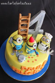 Cute cake with minion figures on top Gru Minion, Minion Food, Cake Minion, Fancy Cakes, Cute Cakes, Mini Cakes, New Cake Design, Cake Designs, Cupcake Birthday Cake