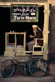 'Teeth makter in Kandahar', 24 Striking Pictures Of Afghanistan By Photojournalist Steve McCurry In This World, We Are The World, People Of The World, Wonders Of The World, National Geographic, Tante Emma Laden, Steve Mccurry Photos, Fotojournalismus, Afghan Girl