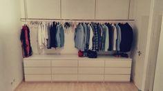 Offener Kleiderschrank