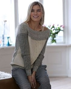 Denne råhvide og grå bluse med snoninger har et elegant miks af garn. Recycled Sweaters, Pulls, Hand Knitting, Knitwear, Knitting Patterns, Knit Crochet, Couture, Craft, How To Wear