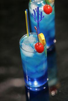 Blue Lagoon: 45 ml vodka 20 ml blue curacao liqueur 2 tsp. fresh lemon juice lemon-lime soda Garnish w/orange slice & maraschino cherry. This version of the Blue Lagoon Cocktail has a sweet citrus taste. Blue Drinks, Fruit Drinks, Party Drinks, Summer Drinks, Cocktail Drinks, Mixed Drinks, Alcoholic Drinks, Fruit Juice, Vodka Cocktails