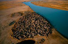 Village sur la rive du fleuve Niger, région de Mopti, Mali (14°27' N – 4°16' O).