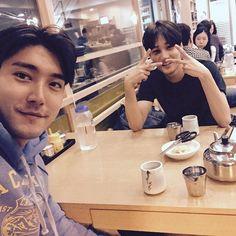 """""""급번개 with EXO 카이. 오붓하게 냉면 한그릇씩 먹고, SNS하라고 꼬시는중 ^^ ✌️"""""""
