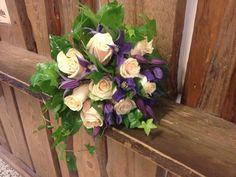 Morsiuskimppu ruususta, clematiksesta ja muratista.
