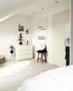 White Dreams! In diesem Schlafzimmer sind ruhige Träume vorprogrammiert. Kombiniert mit Accessoires in Schwarz wirkt das helle Interior modern und zeitlos! Der angesagte Monochrome Style ist so herrlich unaufgeregt und super leicht zu kombinieren. Klassisch, elegant und zeitlos geben schwarze und weiße Deko-Pieces, wie der Schaffell-Teppich Nuuk jedem Zuhause das letzte Finish. // Schlafzimmer Einrichten Interior Deko Monochrom Fell Teppich Ideen #SchlafzimmerIdeen @frecherfaden