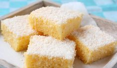 Grießkuchen mit Kokosflocken Very easy to prepare and very tasty is the semolina cake with coconut flakes. The recipe is originally from Goa. Köstliche Desserts, Delicious Desserts, Dessert Recipes, Yummy Food, Tortas Low Carb, Bolos Low Carb, Easy Bread Recipes, Gourmet Recipes, Cupcake Fit