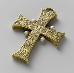 Pectoral cross, anoniem, c. 1480 gold, h × w × t More details This small precious cross probably belonged to a German priest Byzantine Gold, Byzantine Jewelry, Renaissance Jewelry, Medieval Jewelry, Ancient Jewelry, Victorian Jewelry, Religious Jewelry, Religious Art, Collier Antique