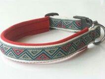 Hundehalsband nach Maß mit weißem Gurtband, rotem Neopren und aufgenähter Borte im Dreiecksmuster. Preis: 16,95 € Shop-Link: http://leinenspezi.de/shop/#h=1618-1397499205013