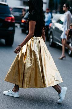 Skirt Gold paired with white sneakers Street style à la Fashion Week printemps-été 2017 de Milan