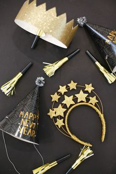 How to throw a simple and fun family new year's eve party. Easy Ideas and Decorations for a Family New Year's Eve Party. See how simple it is to throw a fantastic NYE party! Printables, tutorials, and more! Diy New Years Party, New Year Diy, New Year Gifts, New Year's Eve Celebrations, New Year Celebration, Diy New Years Eve Decorations, Family New Years Eve, New Years Eve Party Ideas For Family, Deco Ballon