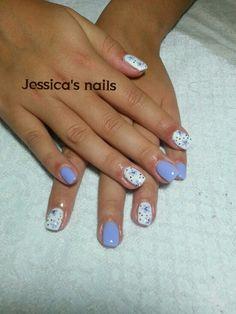 ricostruzione unghie lilla e bianco con decori floreali
