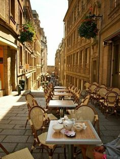 les petits rues parisiens avec les mignons cafés parisiens