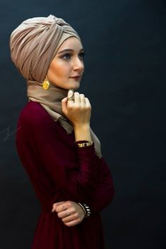 Hijab with earrings is a new trend they occur in women. They like to wear Hijab with earrings but it Turban Hijab, Mode Turban, Head Turban, Islamic Fashion, Muslim Fashion, Modest Fashion, Hijab Fashion, Style Fashion, Fashion Outfits