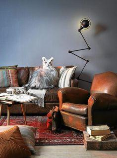 LUN KROK: Ved å samle tunge møbler i en del av stuen kan du skape en bilblioteksaktig følelse. Sofaen Prince William fra Home og Cottage, original 30-talls-skinstol fra Milla Boutique. Lampe fra Jielde og persisk teppe fra Ikea.