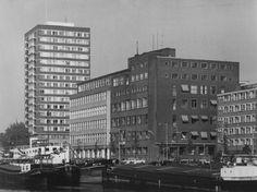 Het Haringvliet met het Havenziekenhuis, 18 mei 1971. Op de achtergrond De Hoge Wiek voor verpleegkundigen (zusterflat) van het Sint Franciscusziekenhuis aan de Oostmolenwerf.