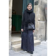 パリのストリートスナップは、差し色やグラデーションで魅せる黒のスタイリング。   VOGUE
