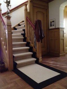 Een trap bekleed met heerlijk zacht tapijt, altijd mooi! Decor, Home Decor, New Homes, Traps, Stairs