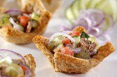 Siga a receita e prepare em casa uma cestinha de pão integral recheada com atum, uvas verdes, hortelã, pepino, tomate, cebolas roxas, salsinha e cebolinha