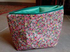 Trousse en coton liberty et coton vert : Trousses par beauty-box-troc