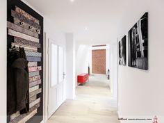 Für Altbauten typisch sind große, lange Flure. Glaselemente in den aufgearbeiteten Türen unterbrechen die Länge und sorgen für ausreichende Beleuchtung. Ohne eine Tür geht der Flur in den offenen Wohn-Ess-Bereich über. Damit gehört die Fläche voll und ganz zur Wohnung und wird vielseitig genutzt.
