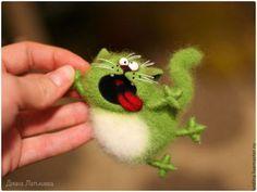 Купить или заказать Магнит (или брошь) 'cAt - акробАт' весенний в интернет-магазине на Ярмарке Мастеров. Котик выполнен в технике сухого валяния. 3500 руб.