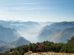 Der Traunstein am Traunsee in Oberösterreich hinterlässt einen unglaublichen Eindruck. Der Aufstieg ist hart aber atemberaubend. Meine Tipps und Erfahrungen hier.. Mount Everest, Highlights, Traveling, Puzzle, Mountains, Nature, Hiking, Stones, Viajes