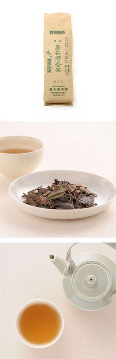 【嘉兵衛本舗 嘉兵衛番茶 極上(中川政七商店)】/奈良吉野の嘉兵衛番茶(ほうじ茶)は、天保の頃より盛んに栽培され、独特の手法をもって現在も引き継がれています。刈り取られた青葉を蒸気により蒸し手もみは一切せず、蒸し上がったお茶を天日で乾し水分が100%無くなるまで乾燥し、砂入り焙じ機により焙煎しています。葉の形がそのまま残っていたり、天日乾しの為非常に香り高いのが特徴。袋を開けたとたんに、ふわっと香ばしいお茶の香りが広がります。渋味も少なくあっさりとした味わいです。