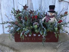 Stars where hats will go, on the left, snowman on right Christmas Wood Crafts, Christmas Flowers, Farmhouse Christmas Decor, Outdoor Christmas Decorations, Christmas Centerpieces, Primitive Christmas, Rustic Christmas, Christmas Projects, Winter Christmas