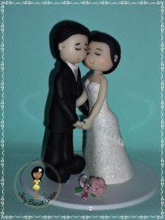 Casal noivos apaixonados em biscuit