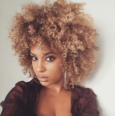 Hair Styles 2018 fro Discovred by : Byrdie Beauty Pelo Natural, Natural Curls, Natural Hair Care, Natural Hair Styles, Natural Beauty, Blonde Natural Hair, Natural Women, Style Afro, Curly Fro