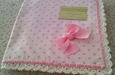 arrullos y tocas: arrullo de piqué  blanco con estrellas, manta y lazo en rosa