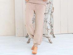 Описание вязания на спицах брюк в спортивном стиле из журнала «Сабрина» №8/2015
