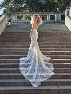 Imagen 106 Escultural traje de novia con espalda descubierta y larga cola de…