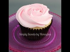 ▶ Piping Flowers on Cupcakes - YouTube