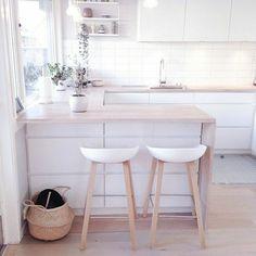 cuisine blanche, déco blanc, chaise en bois clair, cuisine en bois, meuble de bar en bois