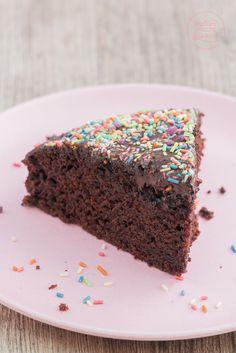 Veganer Schokoladenkuchen ohne Ei, Butter, Milch: Soo schokoladig! Sooo saftig! Und so einfach! Ein Hoch auf den amerikanischen wacky cake ;-)