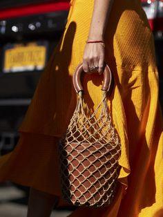 現在開催中の2018春夏NYコレクション。そのオフランウェイで見つけた、ブレイク中のバッグ&シューズ、そしてアクセサリーや洋服のディテールを、ストリートカメラマンが激写。――スタイル・インスピレーションは、いつだってディテールに宿る――UK版『エル』より。