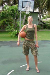 Maria Stepanova on the court! Tall People, Short People, Olympic Basketball, Basketball Players, Uma Thurman, Tall Women, Soviet Union, Sport Girl