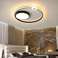 Modern mennyezeti csillár a modern otthonok gazdagítására. Strapabíró vasból készült, így garantáltan sokáig megőrzi majd tökéletes minőségét. Rendeld fehér vagy fekete színben, függően attól, hogy milyen enteriőrbe szánod. Modern Otthonok, Wall Lights, Ceiling Lights, Led, Lighting, Home Decor, Appliques, Decoration Home, Room Decor