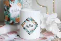 Piña Colada, la bougie bijou estivale signée My Jolie Candle ! Pina Colada, Hygge, Candles, Mugs, Lifestyle, Tableware, Home Decor, Pastel Colors, Mug