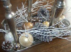 water in een kerstbal voor takjes of bloemetjes.