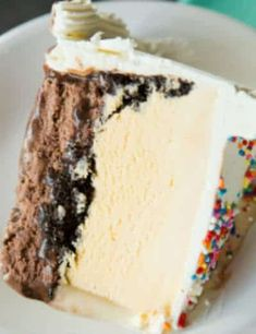 """drunkcravings: """"Homemade Dairy Queen Ice Cream Cake RecipeIngredients: For the Cake: 2 quarts chocolate ice cream (softened) Hot Fudge Sauce 24 Oreo cookies (chopped) 2 quarts vanilla ice cream (softened) For the Whipped Cream Frosting: 2 cups heavy. Brownie Desserts, Oreo Dessert, Ice Cream Desserts, Mini Desserts, Frozen Desserts, Ice Cream Recipes, Just Desserts, Delicious Desserts, Dessert Recipes"""