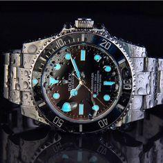 Wet Rolex Submariner lume shot by @RolexDiver