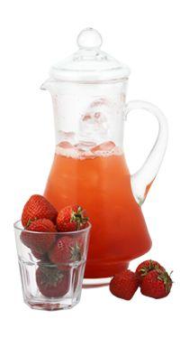 Potřebujete jeden větší džbán asi na 4 sklenice;Do mixéru vložte asi 7 ks jahod a přidejte 2,5 lžíce cukru;Přidejte 50 ml vody a rozmixujte;Drť…