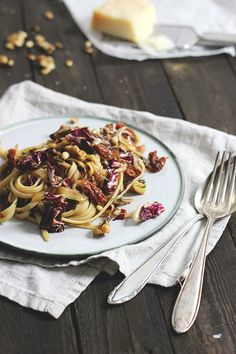 What do you actually do with radicchio? Recipe for radicchio pasta with walnuts. Good Healthy Recipes, Veggie Recipes, Pasta Recipes, Cooking Recipes, Veggie Food, Cooking Ideas, Healthy Food, Pasta With Walnuts, Vegetarian Cooking