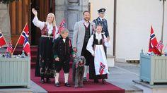 En rogalandsbunad. Kronprinsfamilien hilste tradisjonen tro barnetoget i Asker.Uten eldstemann Marius Borg Høiby (19) som er russ.